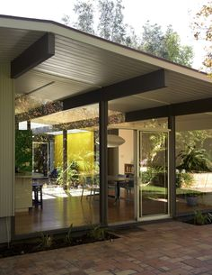Quincy Jones and Frederick E. Fairhaven Tract Eichler Homes Model Orange, California, Photograph by Jason Schmidt, Modern Masterpieces by A. Quincy Jones by Aaron Britt. Browse inspirational photos of modern homes. Mid Century Decor, Mid Century House, Casa Eichler, Eichler House, Flat Roof House Designs, Mid Century Exterior, Faia, House Roof, Mcm House