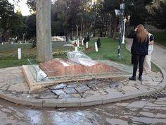 Una inusual fuente con la forma de un libro abierto,  situada en Gulhane Park, junto a los jardines  del palacio de Topkapi, Estambul,Turquia.