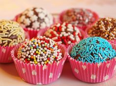 Chokladbollar Party Food For Toddlers, Candy Drinks, Candy Cookies, Food Goals, Diy Cake, Party Treats, Wedding Desserts, What To Cook, Mini Cupcakes