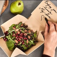 Uhmm is de ideale lunch box die je uitvouwt tot een bord. Sprouts, Lunch Box, Vegetables, Food, Veggie Food, Brussels Sprouts, Vegetable Recipes, Meals, Veggies