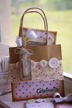 Una buena opción para obsequiar recuerditos en una fiesta o envolver un regalo son las bolsas de papel decoradas por nosotros mismos.    ...