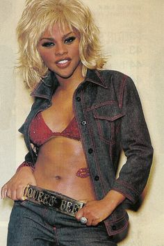 lil kim. that heart decal thing?!
