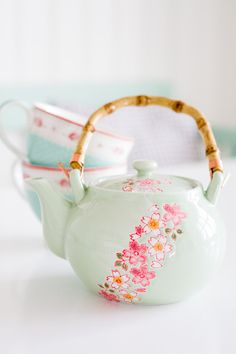 This simple, beautiful tea pot is just what i need! I actually made five tea cups with cherry blossoms on them as a project last year, and this would totally match! Tea Cup Saucer, Tea Cups, Crackpot Café, Deco Pastel, Teapots And Cups, My Cup Of Tea, Chocolate Pots, Afternoon Tea, Tea Time