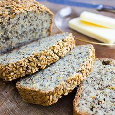 Healthy bread made out of quinoa, millet and chia seeds. Super tasty and easy to bake. GF & vegan. | Super leckeres und gesundes Brot aus Quinoa, Hirse und Chiasamen. Einfach und schnell zuzubereiten. GF & vegan.