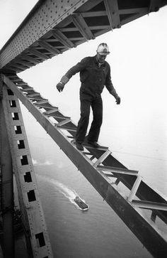 Een bouwvakker balanceert op een deel van een brug in San Francisco rond 1955. Foto: Ernst Haas / Getty Images