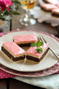 Egyik kedvenc sütim a puncs szelet s ezúttal nem piskóta lett az alapja, hanem gyúrt tészta . Meleg... Hungarian Desserts, Hungarian Recipes, Cookie Recipes, Dessert Recipes, Torte Cake, Salty Snacks, Christmas Dishes, Diy Food, Sweet Recipes