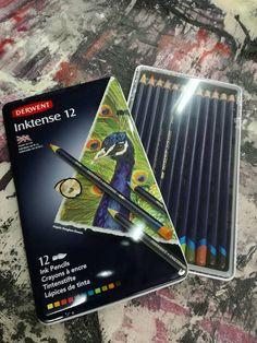 Inktense pencils DERWENT   Le matite Derwent Inktense sono la nostra migliore matita solubile in acqua. Potete usarli asciutti ma mescolarli con acqua e WOW! Il colore si trasforma in inchiostro vibrante. Una volta asciutto, il colore è fisso e si può lavorare in sovrapposizione e per la sua caratteristica permanente è ottimo per l'utilizzo su tessuti come seta e cotone!  #drawing #sketching #colors #pencils #ink #watercolor #derwent #colouracademy #fineart #bari Derwent Pencils, Galaxy Phone, Samsung Galaxy, Bari, Drawing, Drawings