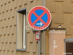 Verkehrszeichen am Beginn eines strengen Halteverbots vor brauner Fassade eines Wohnhaus in Wettenberg Krofdorf-Gleiberg
