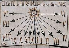 """O princípio para a construção de um relógio de sol é o de que o ponteiro (gnômon) que irá projetar a sombra sobre o mostrador deve ser posicionado em paralelo ao eixo de rotação da Terra.  """"*Encontra a direção do norte magnético utilizando um dos seguintes métodos:  Com a bússola e conhecendo a declinação magnética do local.         Determinação prática, utilizando um pino vertical fixado no centro de circunferências concêntricas.      Latitude do local"""