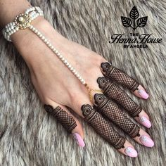 And on Fridays we do grids! This style may not be for everyone but it sure is for me!  This beautiful pearl hand chain was handmade by @madzfashionz.uk and @madzfashionz ! by hennabyang