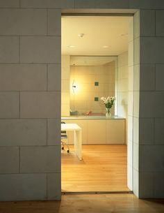Piedra natural Solnhofen Sabbia para Show room de Roberto Verino. Ideas para revestimiento vertical