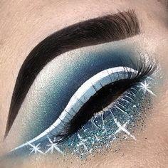 Blue glitter cut crease ❄️☃️