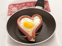 Un regalo davvero speciale? Un piatto preparato con amore, magari insieme ai bambini. Prova a cucinare i cuori di wurstel con uovo fritto, leggi la ricetta.
