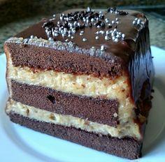 Bizcocho casero de chocolate con crema de turrón