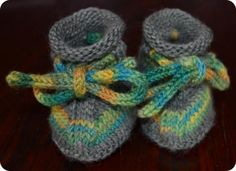 Pick these delightful Cozy Knitted Baby Booties as your next surprise for your kid. In order to get this fabulous FREE knitting pattern, continue NOW. Baby Knitting Patterns, Knitting Yarn, Free Knitting, Crochet Patterns, Knitting Videos, Free Crochet, Knit Baby Booties, Baby Boots, Knitted Baby