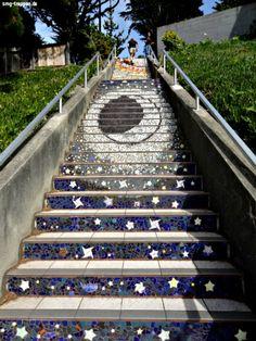 Auf Initiative der Nachbarschaft wurde in San Francisco diese einzigartige Treppe geschaffen. Das Mosaik erstreckt sich über insgesamt 163 Stufen. Auch wegen der Aussicht am Ende ein muss für jeden Besucher. Photo von #smgtreppen www.smg-treppen.de