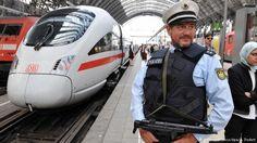 Deutschland Frankfurt am Main Bundespolizist patroulliert mit Maschinenpistole…