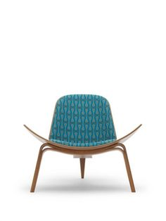 The Hans Wegner's Shell Chair has become an icon in living style since its first. Deco Furniture, Furniture Design, 1950s Design, Danish Modern Furniture, Sofa Chair, Armchair, Mid Century Furniture, Mid Century Design, Mid Century House