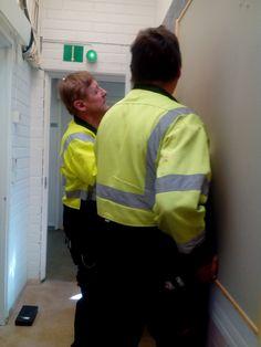 Tässä laitosmiehet laittavat meille ilmoitustaulua seinään!