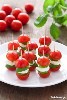 Proste i pyszne koreczki wzorowane na słynnej, włoskiej sałatce Caprese, łączącej ser mozzarella, pomidory i bazylię.