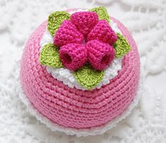 virkad bakelse . Crochet Pincushion, Crochet Cake, Crochet Fruit, Crochet Food, Crochet Patterns Amigurumi, Crochet For Kids, Diy Crochet, Crochet Stitches, Knitting Patterns