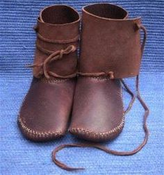 Moccasins, Great Page! So many moccasins and knee high boot moccasins to look at Mokassins, tolle Seite! So viele Mokassins und kniehohe Stiefelmokassins zum Moccasin Boots, Shoe Boots, Mocassin Shoes, Barefoot Shoes, Shoe Pattern, How To Make Shoes, How To Make Moccasins, Leather Projects, Leather Working