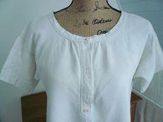 Cette chemise de nuit de français ANTIQUE de dames est fait dune belle qualité de toile de lin et date des années 1900  s.  Dispose dune