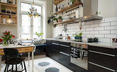 Étagères ouvertes en bois et avec des cagettes dans une cuisine tendance