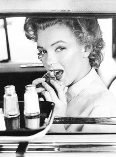 Marilyn Monroe eats a hamburger