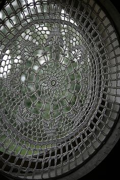 crochet window lace Choose a doily, bend a wire to fit snug into window frame, attach doily to wire with double stitches. Crochet Home, Crochet Motif, Crochet Doilies, Knit Crochet, Lace Window, Window Art, Window Picture, Loom Patterns, Crochet Patterns