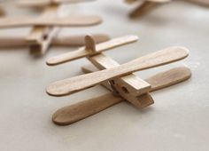 Where Your Treasure Is: Clothespin Airplane Party Favors - Marina Diy & Crafts Popsicle Stick Crafts, Popsicle Sticks, Craft Stick Crafts, Baby Shower Avion, Kids Crafts, Airplane Party Favors, Airplane Cupcakes, Little Prince Party, Planes Birthday