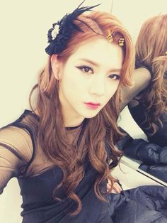 omg why is Ren from Nu'est so pretty when dressed like a girl?! 0_o