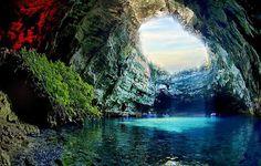 Caverna Melissani, Kefalonia, Grécia – Sem dúvida, um dos lugares mais bonitos do planeta para visitar. Com água limpa e formação rochosa surpreendente, as lendas locais dizem que esta região é protegida pelos deuses gregos e é para poucas pessoas