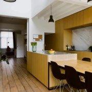 BINNENKIJKEN. Krap rijhuis wordt baken van licht - De Standaard Mobile Small House Renovation, Home Design, Interior Design, Art Deco Design, Kitchen Interior, Home Kitchens, Kitchen Dining, Home Improvement, Sweet Home