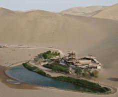 Descubre Tu Mundo : Destino: precioso oasis en el desierto de Gobi «Crescent Lake» en Dunhuang, China
