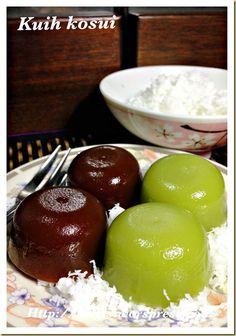 Pandan or Gula Melaka Kuih Kosui Malaysian Dessert, Malaysian Food, Indonesian Desserts, Indonesian Food, Asian Snacks, Asian Desserts, Asian Cake, Snack Items, Steamed Cake