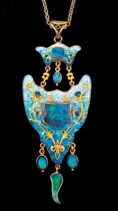 Pendant Circa 1905 - JAMES CROMAR WATT-bijuterii Postarea cuprinde câteva bijuterii ale scoţianului James Cromar Watt (1862-1940 sau 1941), arhitect, artist, bijutier. Este înfăţişat în prima imagine. 1) Pandant Arts &…