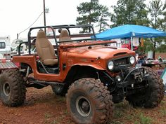 Thats one chunky looking Toyota Land Cruiser FJ40. Cool color too.