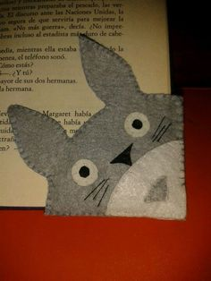 Totoro bookmark made of felt Totoro, Cute Crafts, Felt Crafts, Diy And Crafts, Craft Projects, Sewing Projects, Anime Crafts, Felt Bookmark, Corner Bookmarks