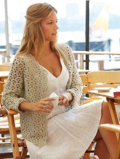 Diese Strickjacke lässt sich toll mit einem leichten Kleid kombinieren. Folgen Sie einfach der Strickanleitung und die Jacke gehört bald Ihnen. ZUR ANLEITUNG >>>