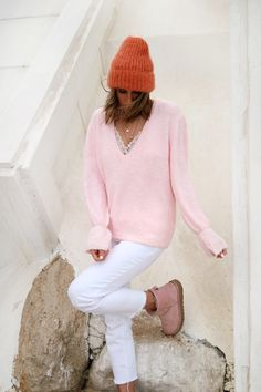 www.chonandchon.com pull Lilou rose lili with love shop Asos, Zara, Ugg, Street Outfit, White Jeans, Turtle Neck, Cozy, Knitting, Sweaters
