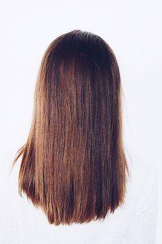 mittellange braune Haare mit karamell Highlights. Caramell Highlights im brünetten Haar. Lange glatte Haare mit hellen Strähnen. Natürlicher Balayage Effekt. Frisurenideen zum nachstylen und inspirieren
