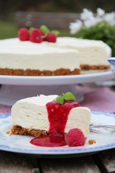 Icecake with lemon and raspberries