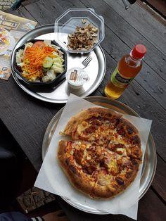 Pizza, Salat und Apfelschorle im Hallo Pizza - Berlin-Kreuzberg. Lust Restaurants zu testen und Bewirtungskosten zurück erstatten lassen? https://www.testando.de/so-funktionierts