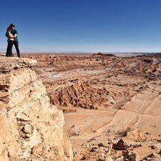 Conhecer o #ValleDeLaLuna foi um sonho realizado hoje vamos dormir mais felizes por termos vivenciado de perto este paraíso natural de beleza única e inspiradora.  Para conhecer este vale de origem vulcânica localizado em pleno #DesertoDoAtacama utilizamos o tour da agência @aylluatacama e ficamos muito satisfeitos com o serviço. . . . . . .  #CDVTripAtacama #ComerDormirViajar #sanpedrodeatacama #chile #loucospeloatacama #atacama #desert #atacamadesert #atacamachile #atacamadesertchile…