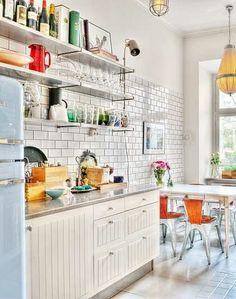 Jag gillar verkligenkökets retrostil med kakel som går högt upp på väggen…