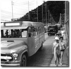 """Janeiro de 1961 - Ponte Pênsil.  """"Jardineiras"""" e caminhões do Exército, transportam soldados para a Fortaleza de Itaipu, durante a greve de praças e oficiais da antiga Força Pública Paulista.   Acervo Estadão."""