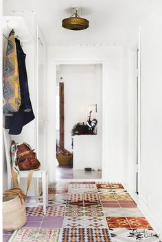 Fotograf Lina Östling: Hemma hos Fab-Frida. I love these small rooms/halls with mixed pattern and color tiles.