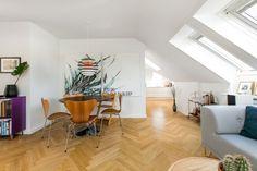 Post: Ventanas inclinadas en el tejado --> ático danés, decoración áticos, decoración pisos pequeños, diseño nórdico, estilo nórdico, ventanas en el techo, ventanas inclinadas, muebles de diseño, lámparas de diseño, scandinavian interiors, interior design, design furniture