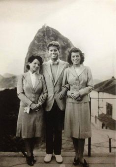 John Fitzgerald Kennedy no Rio de Janeiro - 1941 Na foto, vemos o futuro presidente americano John Fitzgerald Kennedy, entre a mãe, Rose, e a irmã, Eunice, visitando o Pão de Açúcar.  https://www.facebook.com/quemteviuquemtv/photos/a.811781048962275.44410.811769992296714/1192221897584853/?type=1&theater